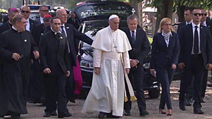 Папата се помоли в