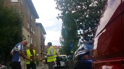 Неправилно паркирал гражданин се възмущава от това, че му е сложена скоба на автомобила.