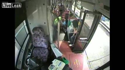 Светкавична реакция на съвестен шофьор на автобус