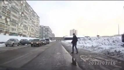 Смях! Руснак пешеходец си прави ебавка на пешеходната!