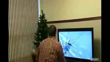 Тъпак счупва 40 инчовия си телевизор заради игра.