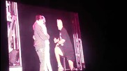 Смях! Екипът на Джъстин Бийбър го прецака на сцената / One Less Lonely Boy ;ddd 5 - ти септември