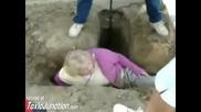 дебела жена неможе да излезе от дупка