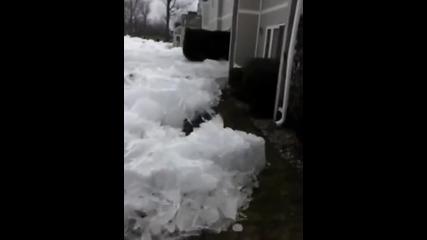 Ледено цунами навлиза в жилищен квартал! Нищо не може да го спре!
