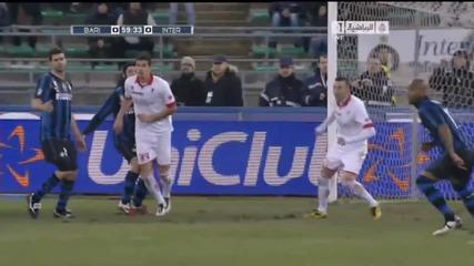 Кристиан Киву удря Марко Росси ( Бари 0 - 3 Интер )
