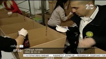 Доброволци събират хранителни продукти за семейства в нужда