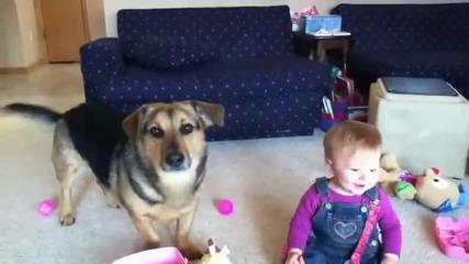 Бебе се смее на куче