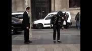 Мъж и уличен танцьор в епична танцува битка на улицата,смях