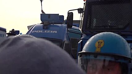 Italy: Police deploy water cannons to disperse anti-Green Pass protesters in Trieste