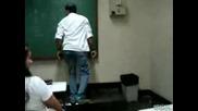 Учител хвърли телефона на ученик