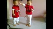 Тези Близначета Пощуриха Нета Със Своя Танц!