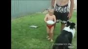 Смешно дете се опитва да ритне топка