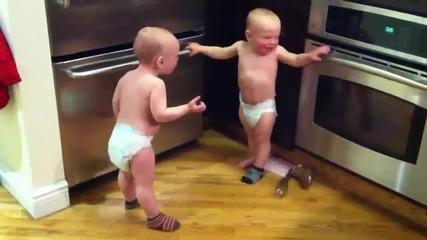 Бебета си говорят на бебешки (смях)