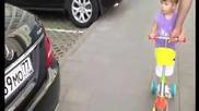 Толкова малко момиченце , без грешка разпознава марките на колите!