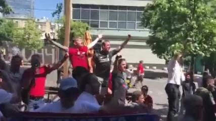 Фенове на Реал и Ливърпул пеят заедно преди финала