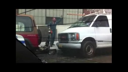 Луд с резачка реже автомат за паркирване
