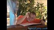 Барманка с къса дънкова поличка !!!смях Скрита Камера