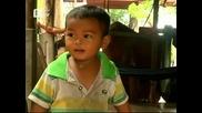 Крава кърми 18-месечно камбоджанско момче