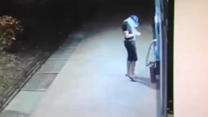Камери на банка заснемат некадърен крадец
