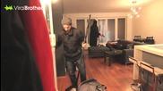 Луда шега ! Мъж се прибира и заварва крадец в къщи , който държи приятелката му завързана за дивана