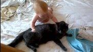 Бебе си играе с търпението на едно коте