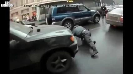 Тъп полицай се пребива докато гони престъпник (луд Смях!!!)