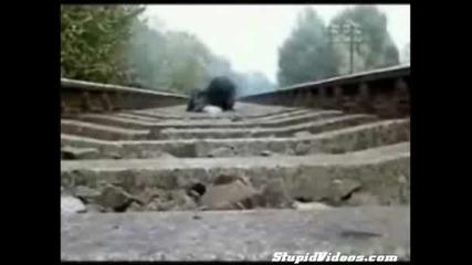 Влак минава върху човек.