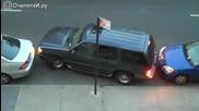 """Шофьор на джип майсторски маневрира на """"боя"""" разтояние между две коли"""