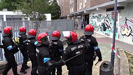 Spain: Police use force against anti-VOX protesters in Vitoria