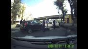 Моторист удря капака на кола, онзи го гази