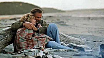 Наслада Е Цигарата Върху Камъните На Плажа
