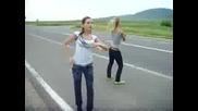 Две момичета се размазват на много хубав трак