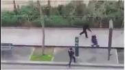 Вижте как джихадистите разстрелват полицай от упор пред редакцията на Шарли Ебдо.18+