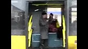 Руснак спира автобус с автомат