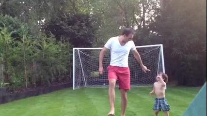 Лош татко удря сина си с топка