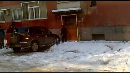 Малоумници бутат джип на лед - Malumnici butat djip na led