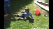 Къщичка нокаутирва дете - Смях!
