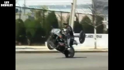 Лудак вдига щанга с мотор на една гума