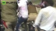 Полицията на Индия въвлечена в масово пътно меле