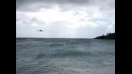 Самолет Се Приземява На Метри От Плажа