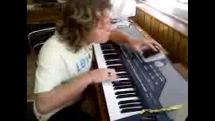 Митко свири инструментал Със Korg Pa800