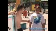 Голи и Смешни - Яка Кака Продава Сладолед На Плажа