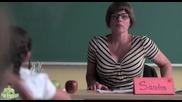 Ученик нарисува учителката си, но тя забеляза и бързо коригира грешката му