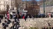 Полицаите в Сараево бутат демонстрантите в реката
