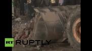 Спасители търсят оцелели под развалините на фабрика в Лахор, Пакистан