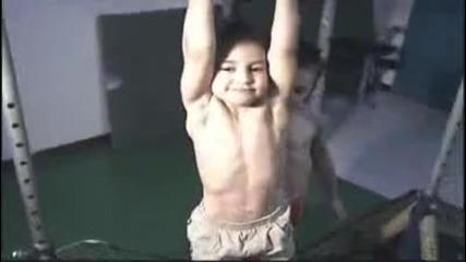 Детето чудо на тренировка с брат си - Giuliano Stroe