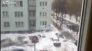 Сняг се изсипва върху леки коли