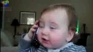 Бебе говори по телефона смях