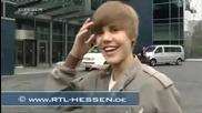 [смях] Justin Bieber сe удря във вратата!