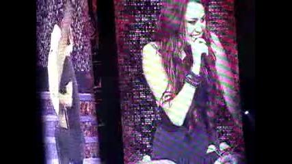 Майли не може да спре са се смее докато пее Obsessed(hartford, Ct - 11 - 12 - 09)